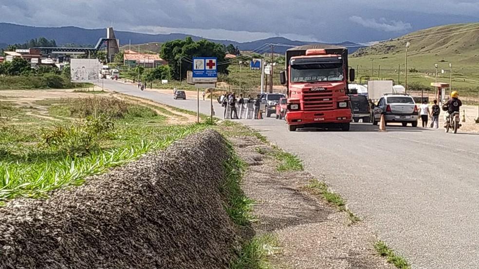 Veículos atravessam a fronteira após reabertura anunciada pelo governo de Nicolás Maduro — Foto: Operação Acolhida/Divulgação