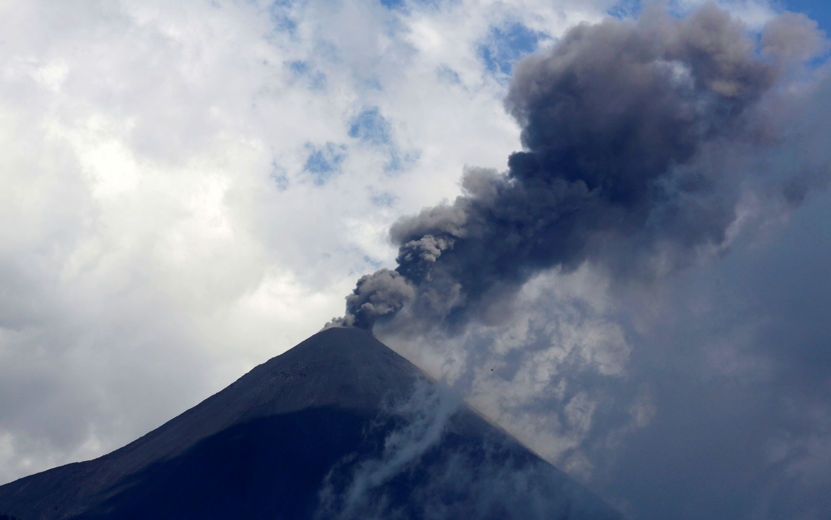 Vulcão Pacaya aumenta atividade e libera material incandescente na Guatemala