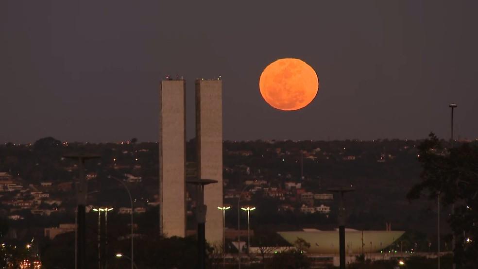 VÍDEO: Lua cheia chama a atenção dos moradores de Brasília | Distrito Federal | G1