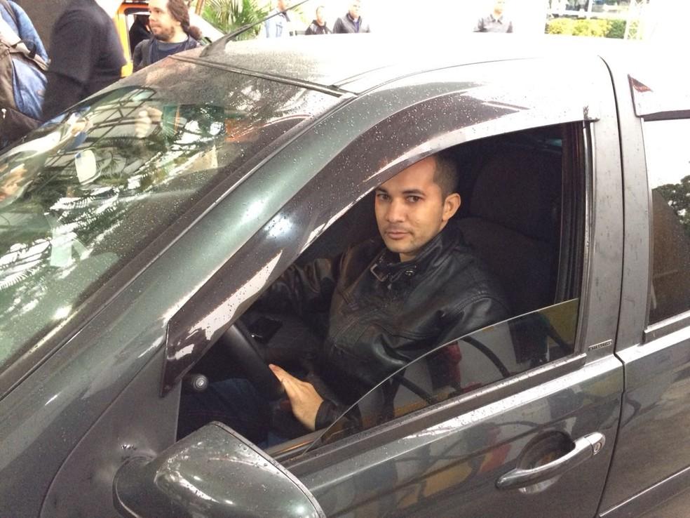 Gildeon dos Santos, motorista que passou a madrugada em fila de posto para abastecer com gasolina pela metade do preço (Foto: Marina Pinhoni/G1)