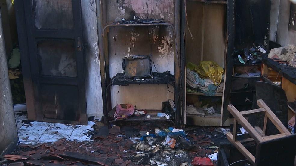 Residência dos idosos após incêndio, em Queimadas, PB — Foto: Reprodução/TV Paraíba