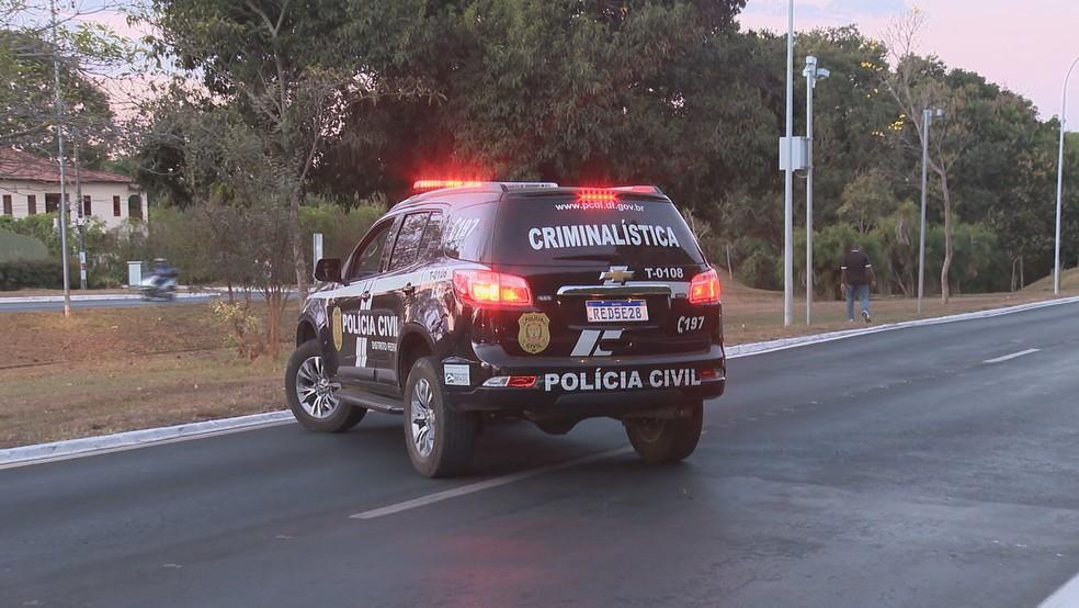 Polícia faz perícia no local onde jovem foi carregada por carro em acidente no DF — Foto: TV Globo/Reprodução