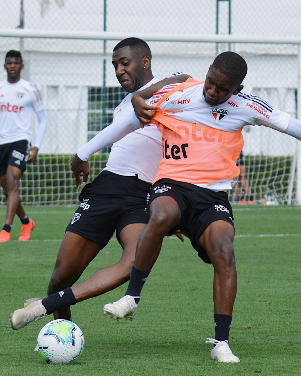 Toró e Carneiro disputam bola em treino do São Paulo — Foto: Divulgação/São Paulo