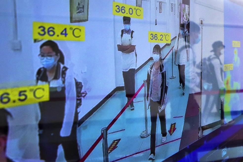Monitor em casa acompanha temperatura de alunos em escola de Wuhan, na quarta-feira (6) — Foto: AP