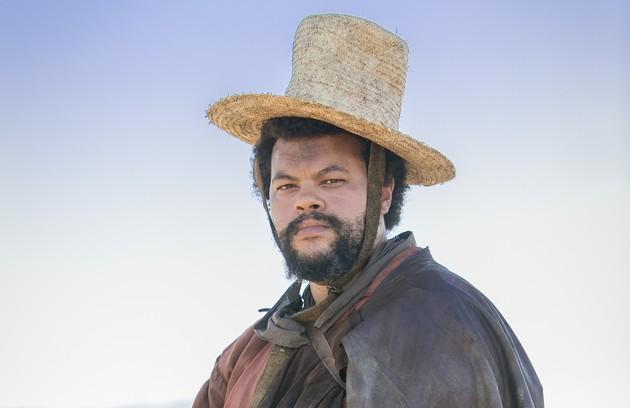 No ar no 'BBB' 20, Babu Santana também estará na reprise de 'Novo mundo' a partir desta segunda, 30 de março. Na novela, ele interpretou Jacinto, capataz de Sebatião (Roberto Cordovani) (Foto: TV Globo)