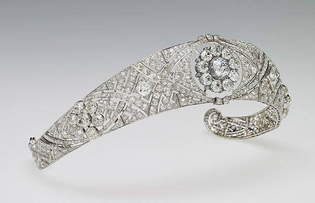 A tiara de bandeau de diamantes, originalmente da Rainha Mary, usada por Meghan Markle em seu casamento (Foto: Divulgação/ Royal Collection Trust)