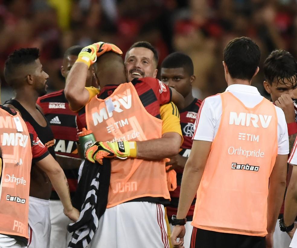 Julio Cesar e Juan juntos somam cinco Copas do Mundo: goleiro saiu de graça do Flamengo em 2004, e Juan foi negociado em 2002 por US$ 3 milhões. Depois voltaram para encerrar a carreira — Foto: André Durão/GloboEsporte.com