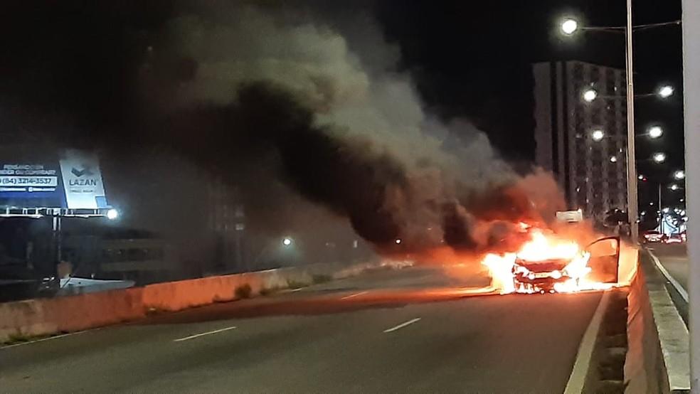 Carro pega fogo na BR-101 — Foto: Sérgio Henrique Santos/Inter TV Cabugi