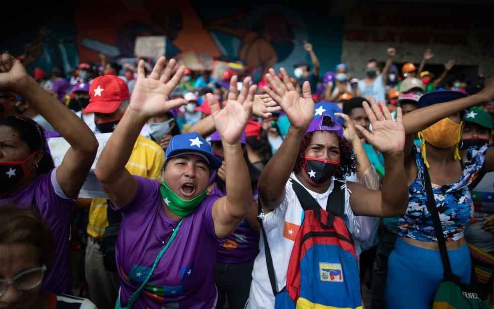 Apoiadores do governo venezuelano participam de comício de candidatos do partido Grande Polo Patriótico à Assembleia Nacional, em Caracas, na quinta-feira (3) — Foto:  AP Photo/Ariana Cubillos