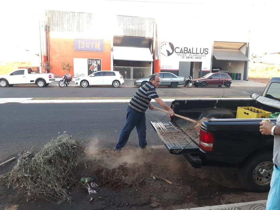 Comerciante se revoltou com entulho deixado na frente de lanchonete de Fernandópolis e levou lixo até a prefeitura (Foto: Luiz Carlos Fanti/Arquivo Pessoal)
