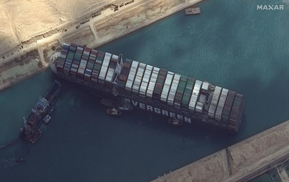 Visão de satélite do navio Ever Given encalhado no Canal de Suez, no Egito, no dia 26 de março. — Foto: Maxar Technologies/Handout via Reuters