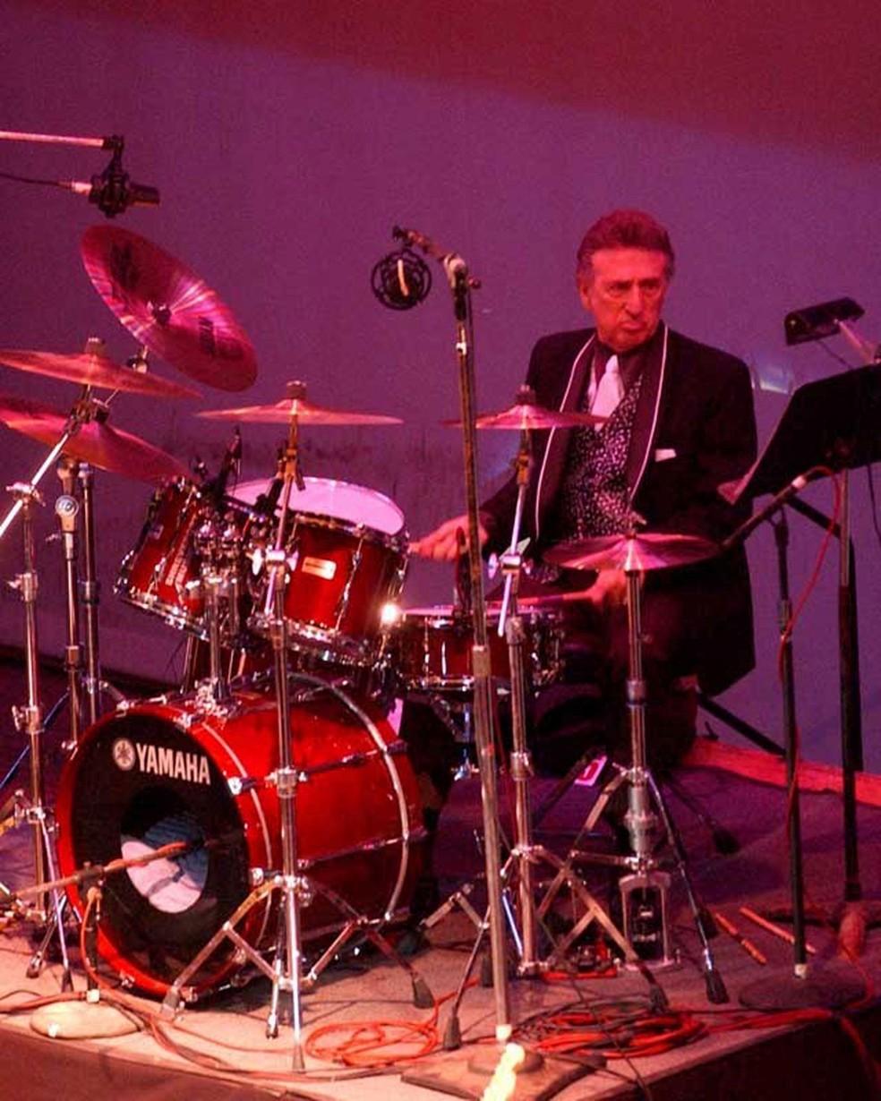 -  Foto de 16 de outubro de 2004 mostra o baterista de Elvis Presley D.J. Fontana durante show para celebrar os 50 anos da primeira apresentação de Elvi