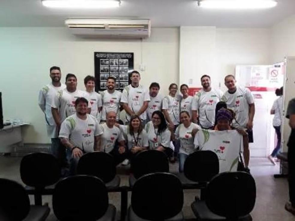 Equipe do MT Hemocentro e Marcelo — Foto: MT Hemocentro
