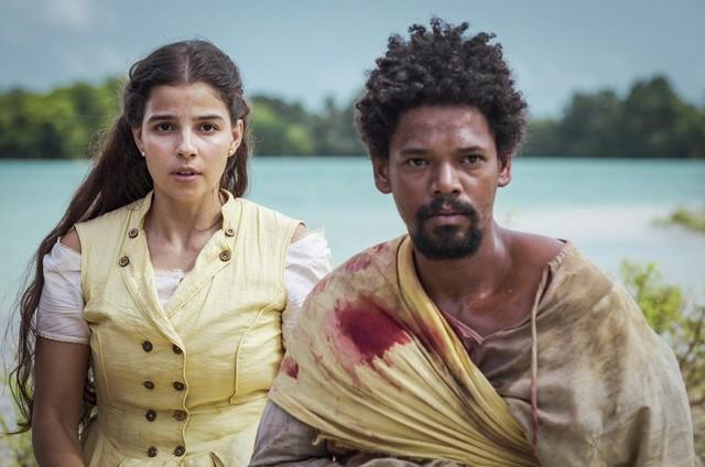 Jorge é perseguido, mas consegue escapar após levar um tiro. Ele é encontrado por Pilar, que cuida dos seus ferimentos. Um clima de romance surge entre os dois   (Foto: TV Globo)
