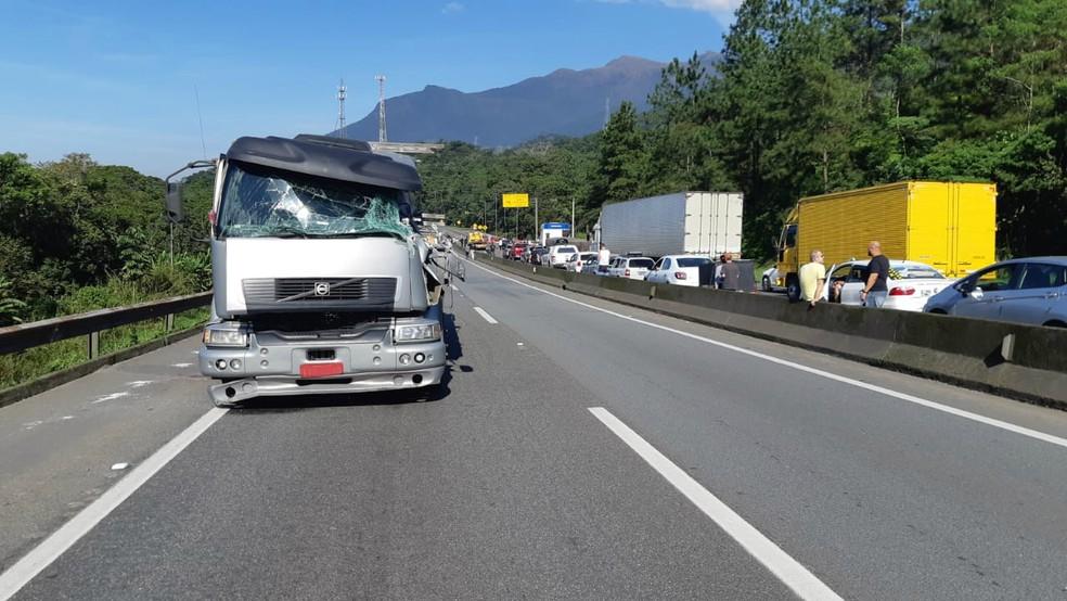 O motorista do caminhão teve ferimentos leves no acidente — Foto: Divulgação/PRF