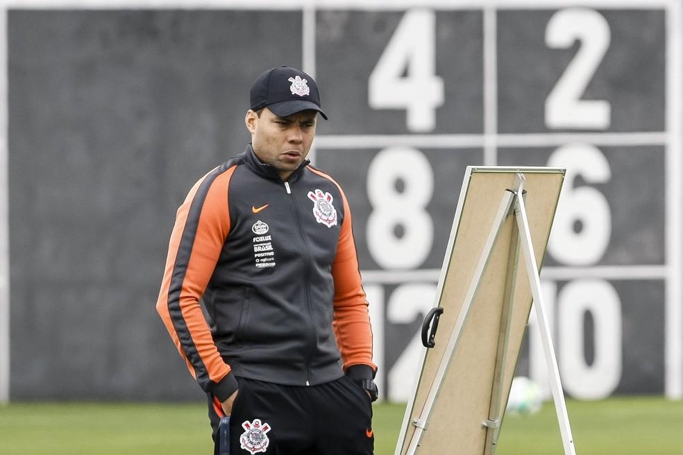 Jair Ventura, técnico do Corinthians, durante treinamento no CT Joaquim Grava — Foto: Daniel Augusto Jr/Ag.Corinthians