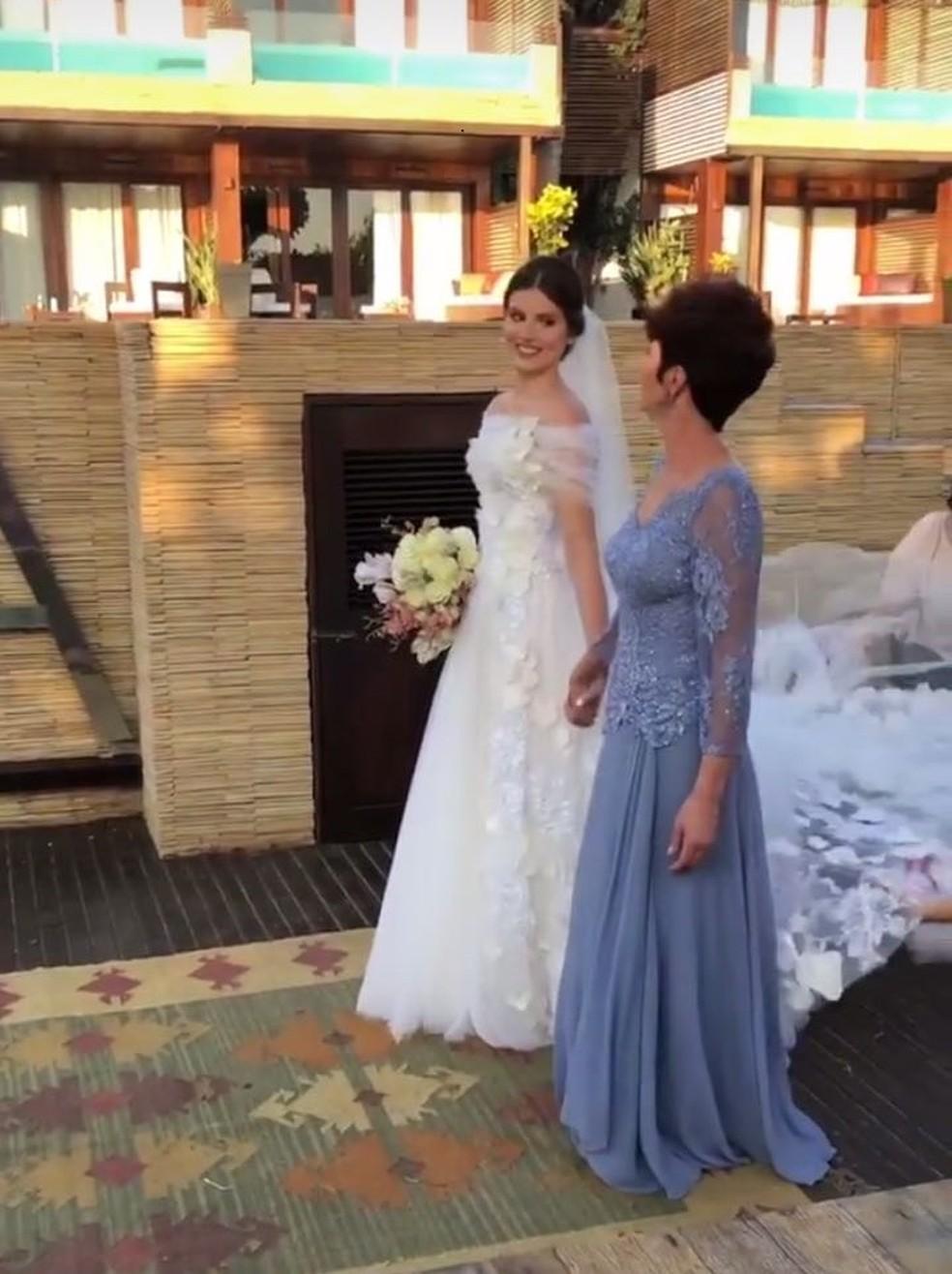 A atriz usa vestido assinado por Lethicia Bronstein. (Foto: Reprodução/Instagram)