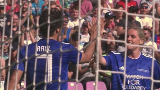 Ronaldinho perde pênalti em jogo beneficente, e Dida não perdoa o amigo