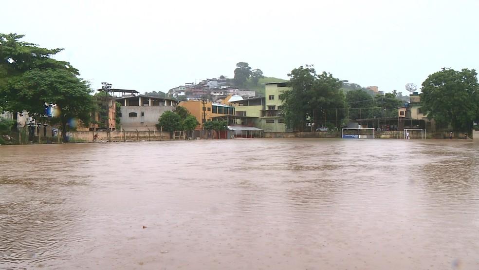 Campo de futebol em Cachoeiro de Itapemirim, ES, ficou totalmente alagado — Foto: Reprodução/ TV Gazeta
