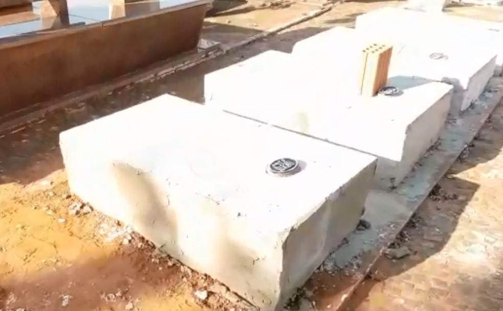 Túmulo com tijolo em cima foi onde primeiro caixão foi enterrado e, ao lado, o segundo túmulo (Foto: Monte Aprazível Notícias)