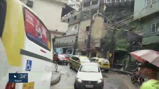 Motoristas fogem do bloqueio pela Estrada da Gávea, na Rocinha