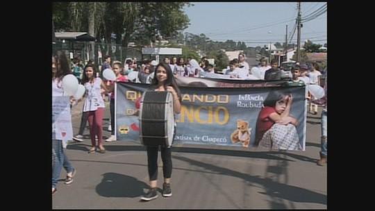 Cerca de 300 estudantes protestam contra morte de garota de 16 anos em Chapecó