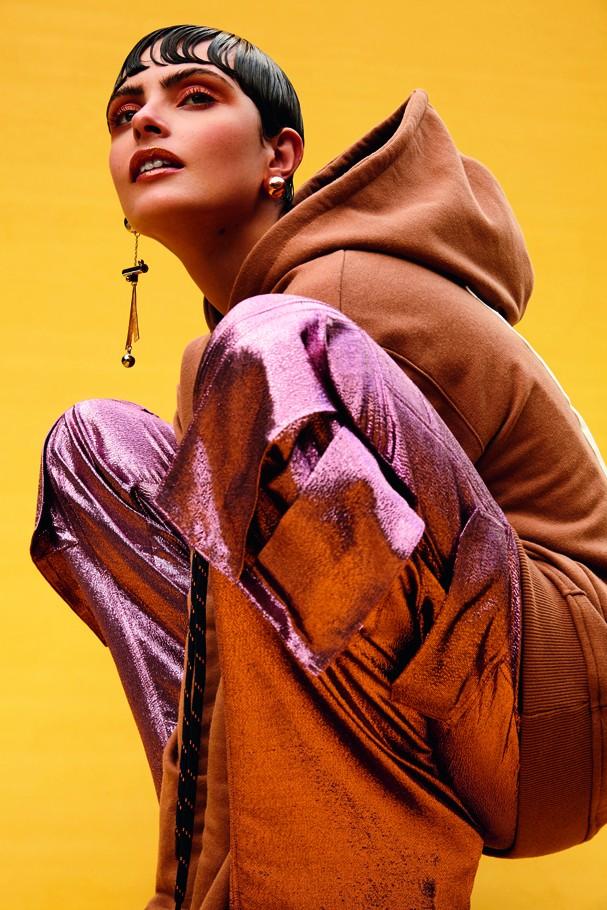 Stefanie Medeiros, modelo, usa moletom marrom, Piet; calça Animale e brincos Animale. São Paulo (cid.) - Brasil. 06/11/2016. Foto: Rafael Pavarotti / Edições Globo Condé Nast. (Foto: Arquivo Vogue)
