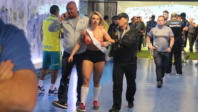 mulher invasão Arena do Grêmio  (Foto: Eduardo Moura/GloboEsporte.com)