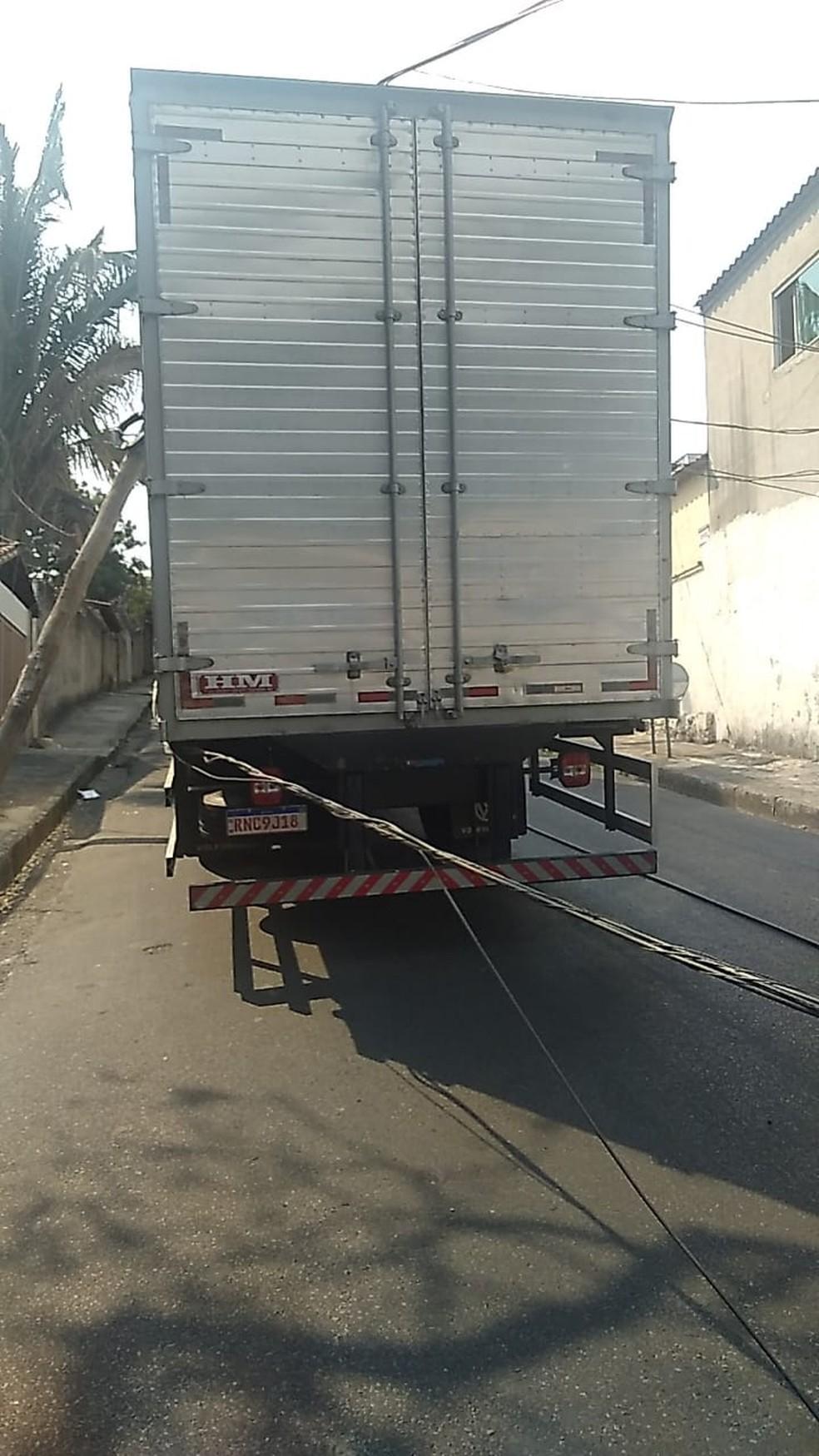 Caminhão bate em dois postes no bairro São Paulo, em BH. — Foto: Redes Sociais