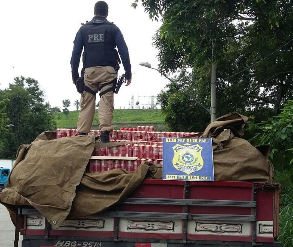 Carga de cerveja avaliada em mais de R$ 80 mil foi levada para Receita Estadual  (Foto: Polícia Rodoviária Federal/Divulgação)