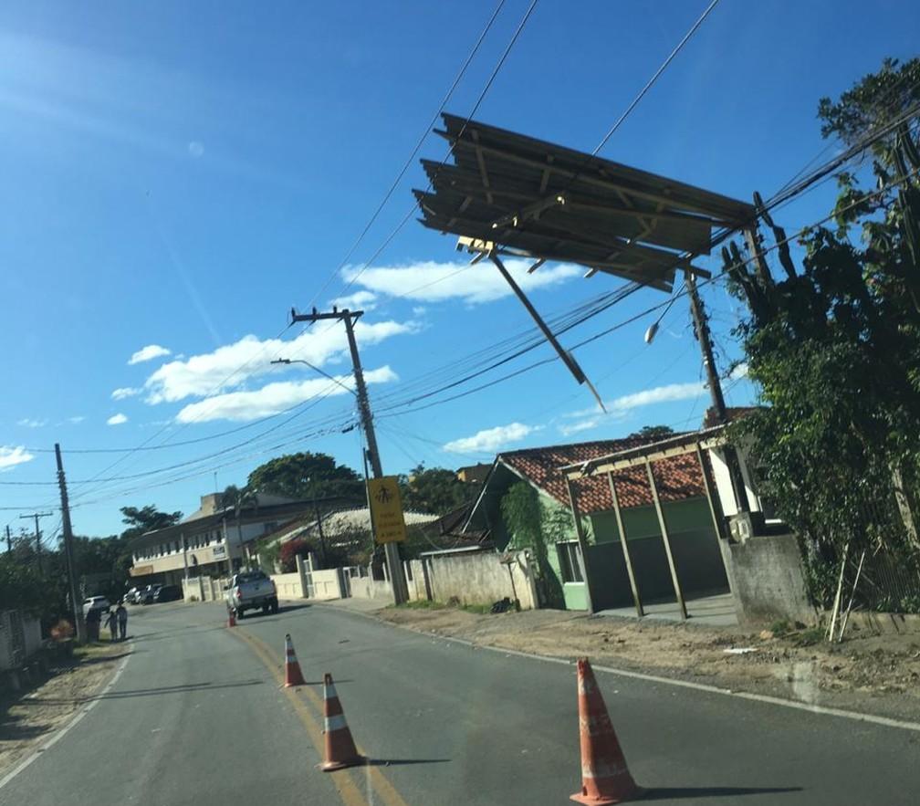Em todo estado, incluindo no bairro Armação, também no Sul da Ilha na capital, telhas voaram  — Foto: Dhiogo Cardoso/Arquivo pessoal
