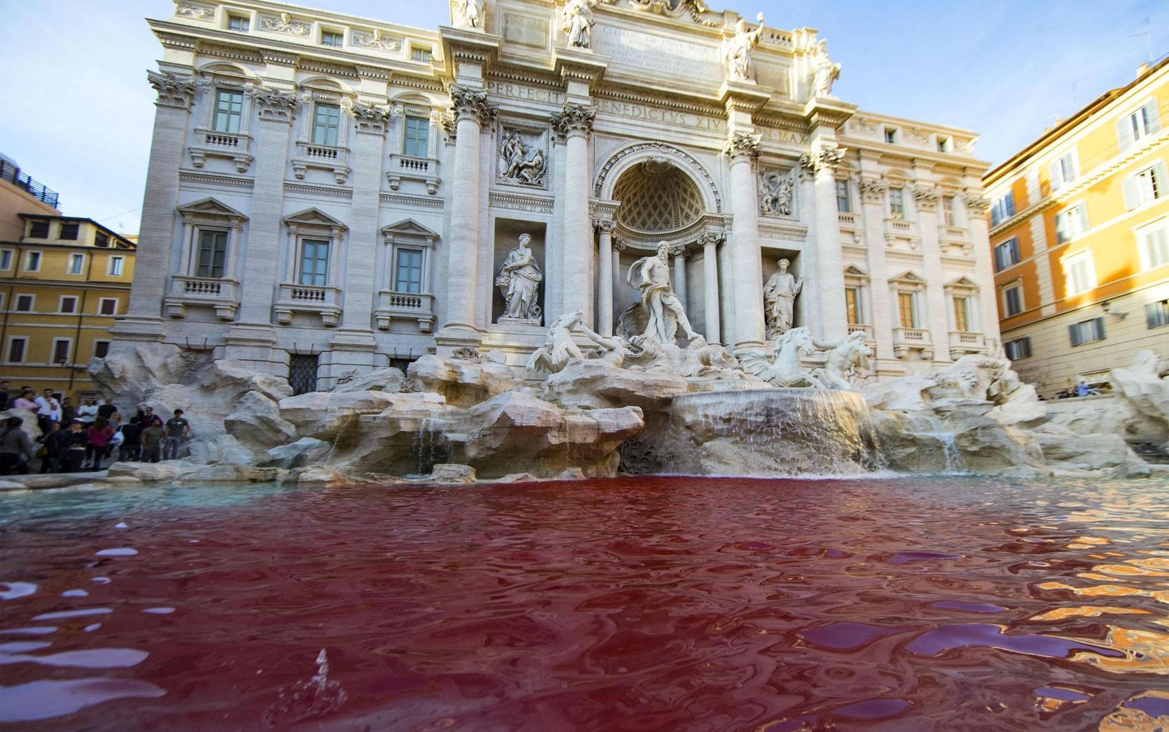 Homem despeja tinta vermelha nas águas da Fontana di Trevi, em Roma