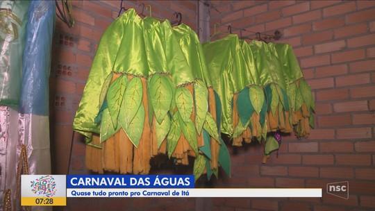 Foliões de Itá fazem últimos preparativos para desfile que une três escolas de samba