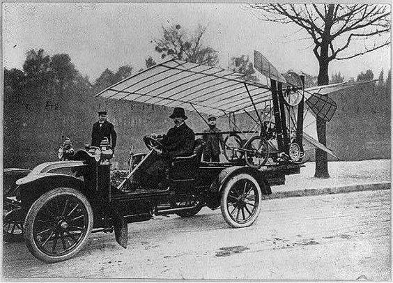 Alberto Santos Dumont transporta seu Demoiselle