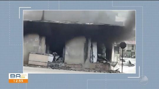 Após explosão de tanque de gás de geladeira, loja pega fogo e fica destruída no sul da BA