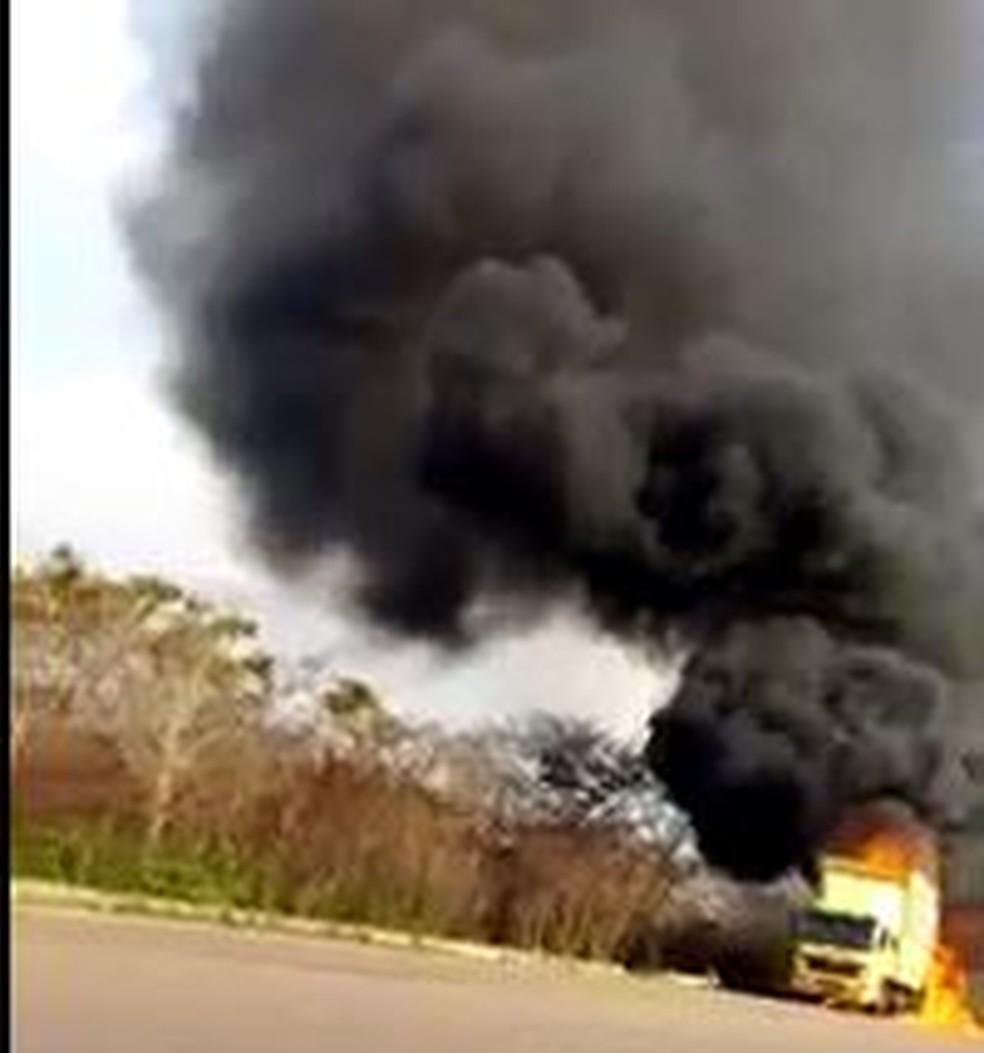 Caminhão de transportadora pega fogo na BR-364 (Foto: Whatsapp/Reprodução)