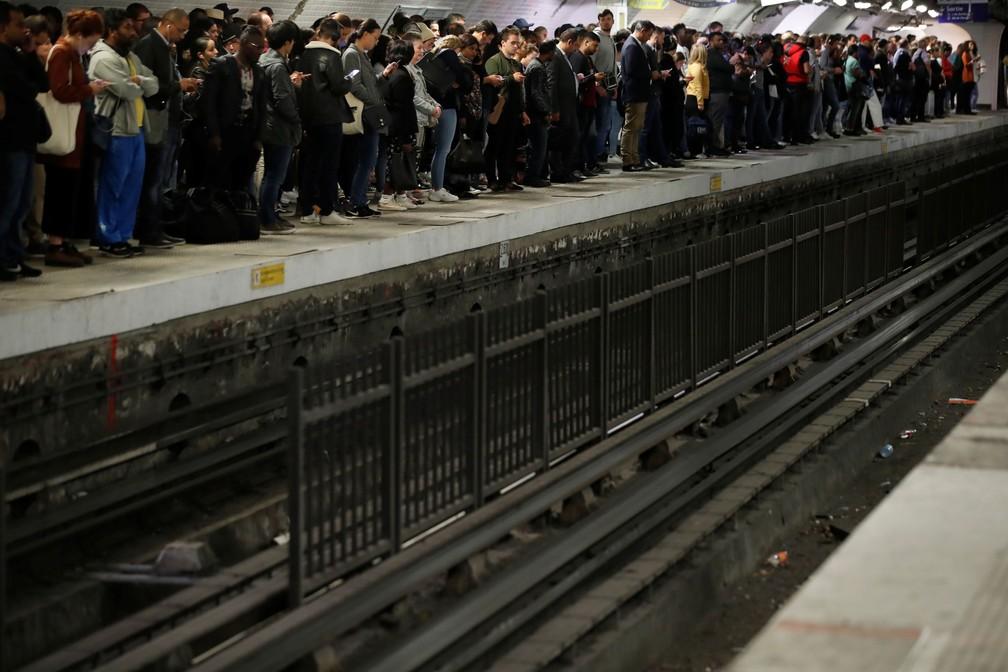 Passageiros esperam para embarcar em um metrô na estação Gare du Nord nesta sexta-feira (13) quando a cidade enfrenta greve convocada por todos os sindicatos da rede de transportes de Paris (RATP) contra os planos de reforma previdenciária  — Foto: Christian Hartmann/ Reuters