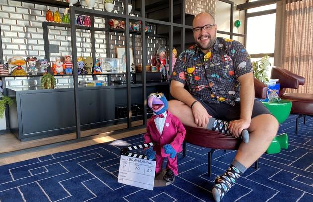 Tiago Abravanel mostra, em registro feito especialmente para a coluna, a sua sala com uma coleção de bonecos, objetos da cultura pop. Ele mora num apartamento em São Paulo (Foto: Arquivo pessoal)