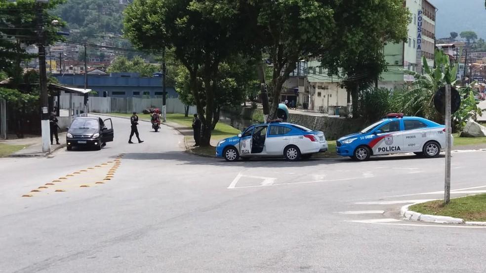 Polícia Militar cerca o bairro Frade, em Angra dos Reis — Foto: Augusto de Souza/TV Rio Sul