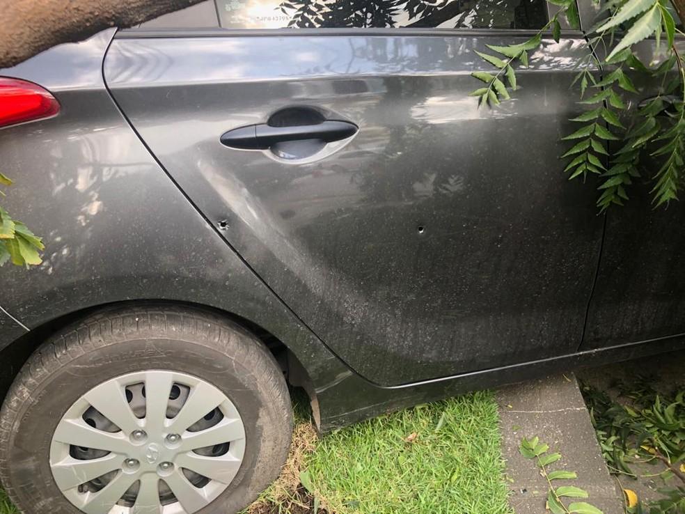 Carro roubado pelos criminosos ficou com marcas dos disparos efetuados pela polícia (Foto: Reprodução/WhatsApp)