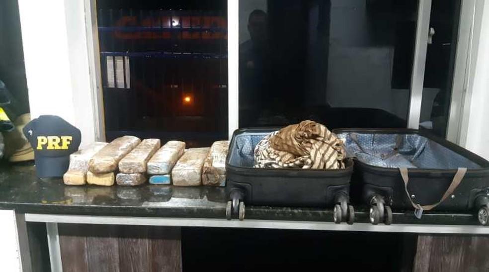 Jovem de 19 anos é presa pela PRF transportando maconha no oeste da Bahia — Foto: Divulgação/PRF