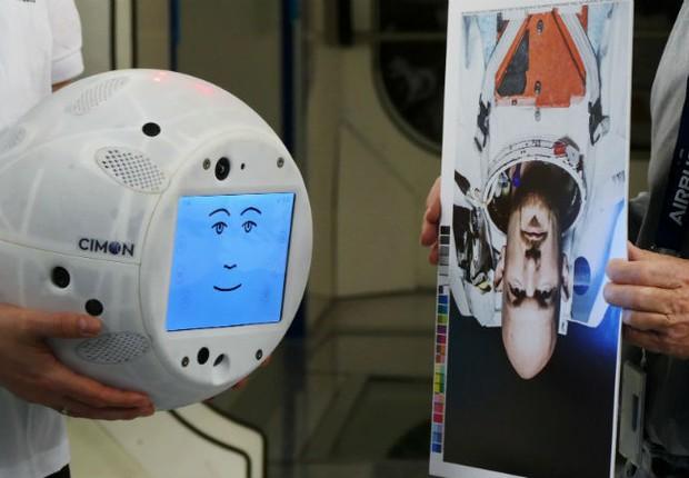 O robô Cimon, criado pela IBM em parceria com a Airbus, vai auxiliar os astronautas na Estação Espacial Internacional (Foto: Divulgação)