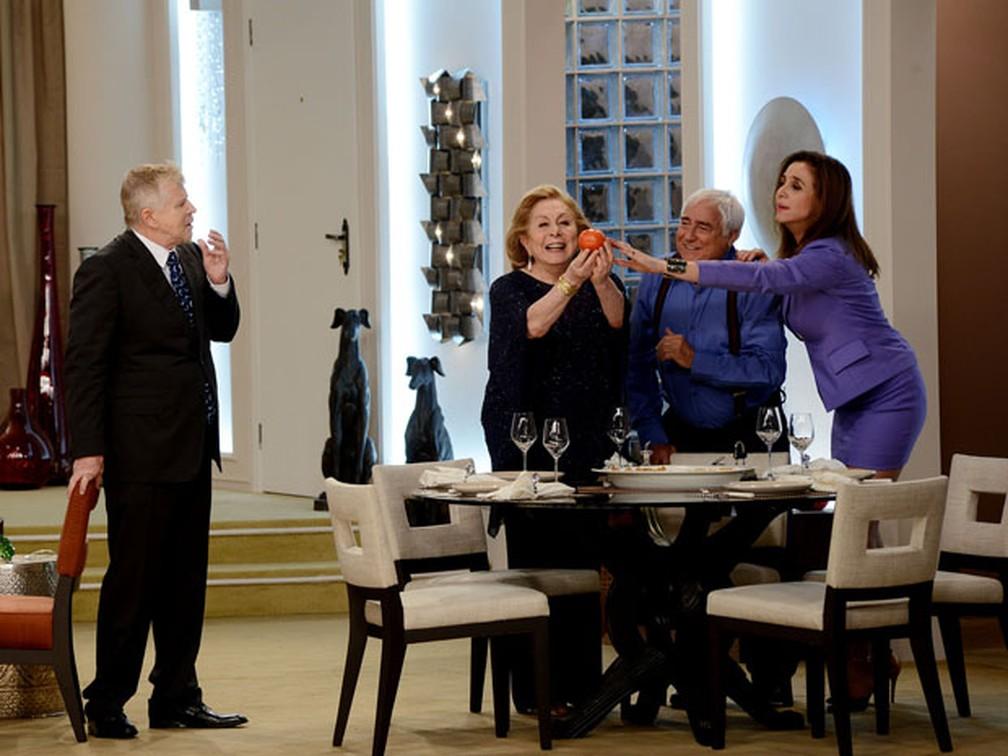 Miguel Falabella, Luis Gustavo, Aracy Balabanian e Marisa Orth criticam o preço do tomate em novo episódio de 'Sai de baixo' — Foto: Divulgação