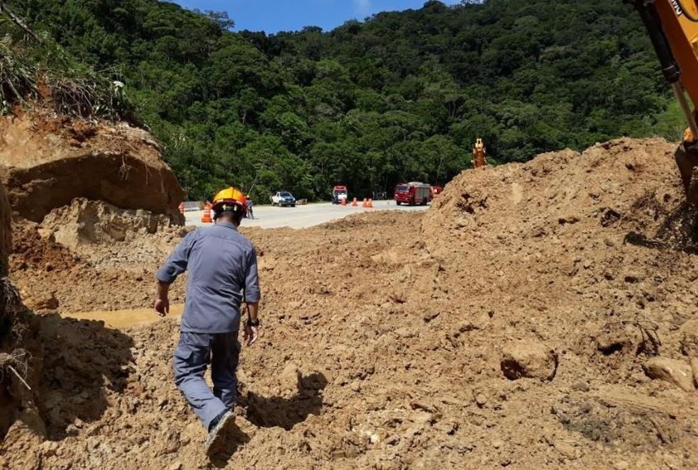 Caíram 280 toneladas de terra na rodovia (Foto: Divulgação/Corpo de Bombeiros)