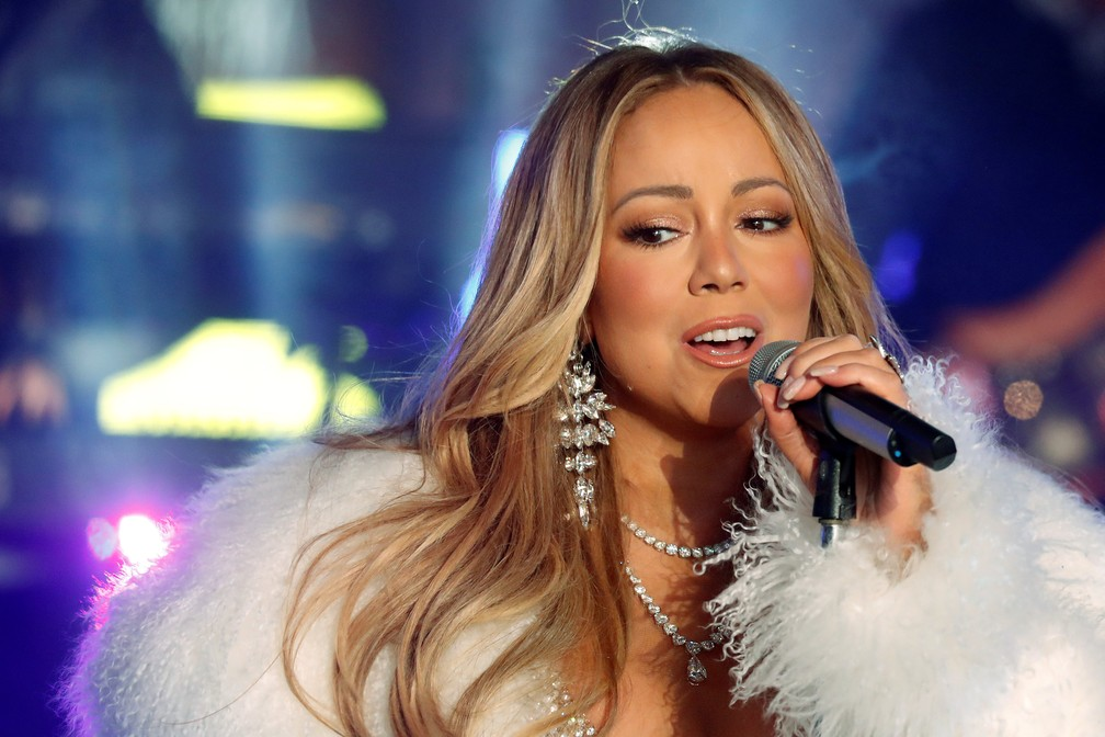 31 de dezembro - Mariah Carey canta na festa de réveillon da Times Square, em Nova York (Foto: Carlo Allegri/Reuters)