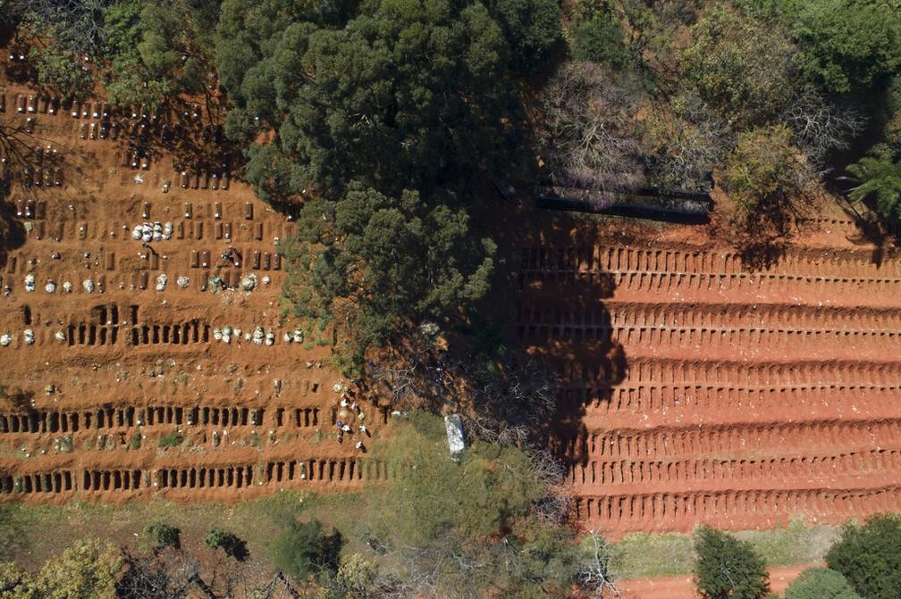 Vista aérea do cemitério da Vila Formosa, em São Paulo, no dia 28 de maio — Foto: Andre Penner/AP