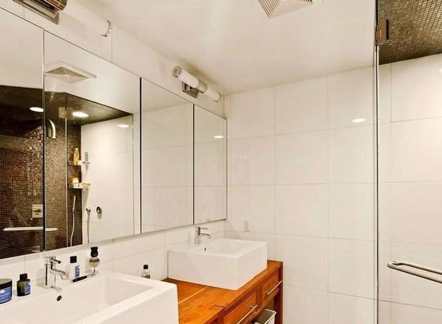 Azulejos brancos e pastilhas pretas decoram o banheiro (Foto: Keller Williams/ Reprodução)