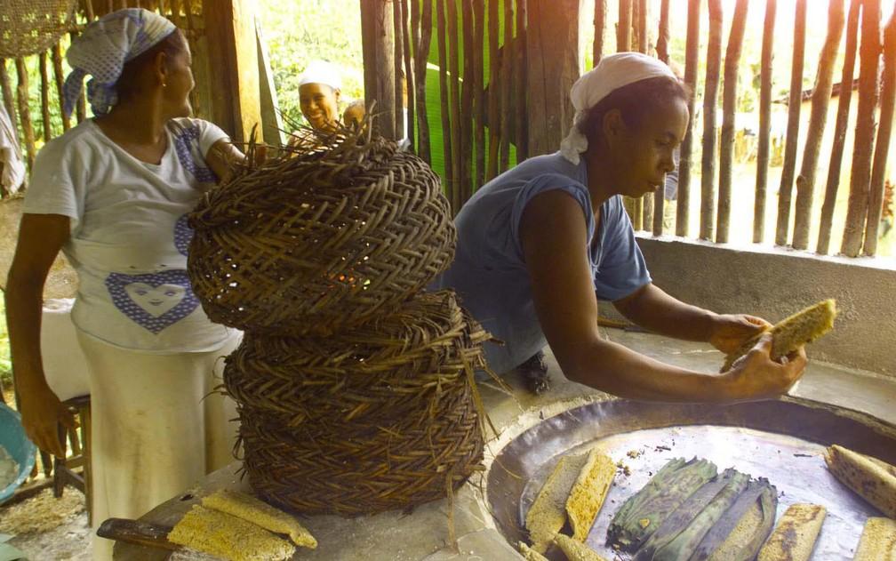 Em foto de 13 de maio de 1999, mulheres preparam biju no quilombo Itaporunduva, no município de Eldorado, região de Santos — Foto: Milton Michida/Agência Estado