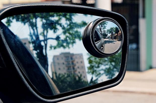 Espelho é fixado no retrovisor externo e amplia o campo de visão (Foto: Valter Bicudo/Autoesporte)