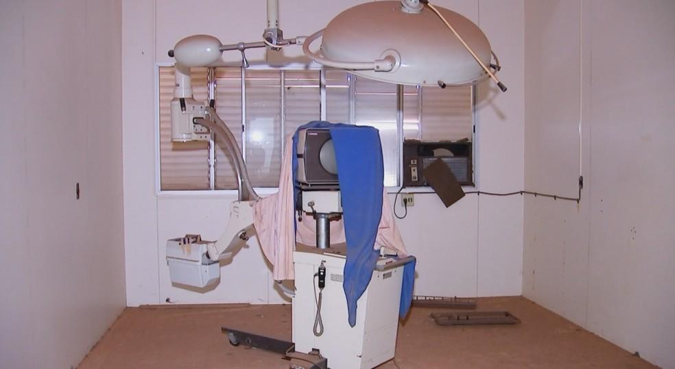 Salas cirúrgicas estão empoeiradas em hospital desativado de Rio Preto — Foto: Reprodução/TV TEM/Arquivo